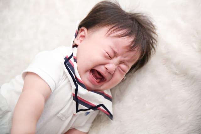子どもの夜泣きでイライラが止まらない。原因を探って寝かしつけストレスを軽減しよう。